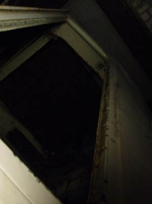 Уважаемые форумчане НИКОГДА не выдавливайте задние раздвижные стекла. Для того чтоб их вынуть, аккуратненько подденьте отверткой уплотнитель изнутри салона в том месте где он разрезан внизу . Уплотнитель сзади НЕ сплошной, и, поэтому, не вынув уплотнитель изнутри салона стекла вы не выдавите. - без стекол.JPG