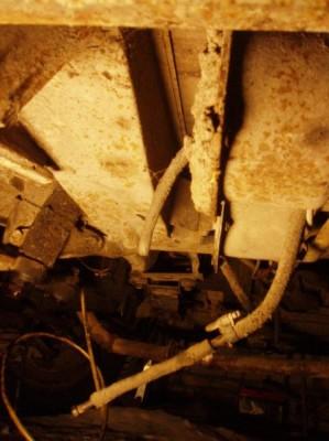 Трубки, торчащие возле гидровакуумников - это остатки бензопровода? Он у меня демонтирован, так что думаю это его кусочки ... - что за трубки.JPG