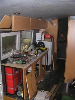 под кухней начал собирать шкафчики, тоже шарниры держат - P1010005.jpg