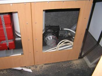 здесь уже почти собранная печка, осталось воздушный канал доделать. И пока еще не готов теплообменник на горячую воду. - P1010007.JPG
