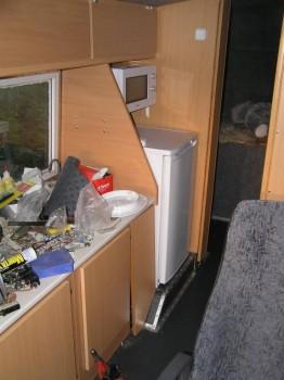 холодильник и микроволновка на месте. внизу панель пульта управления кухонным оборудованием еще не доделана. не врезаны в нее приборы и выключатели. - P1010011.jpg