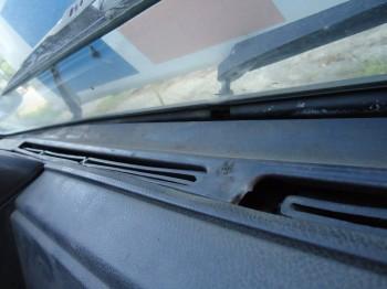 Друзья на панели у лобового должен стоять пластик с верху на железной основе обдува или нет если да то я его ищу. - DSC03139.JPG