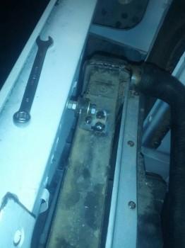 это газелевский радиатор , приварил два крепления от радиатора ваз с верху на резиновых демпферах а снизу переделанная площадка от газели - IMG_20190307_164925.jpg